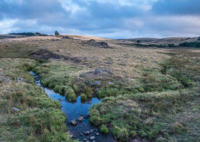 d52 - Le Bès et le ruisseau des Rajas se rejoignent sous le buron de Puech Mejio
